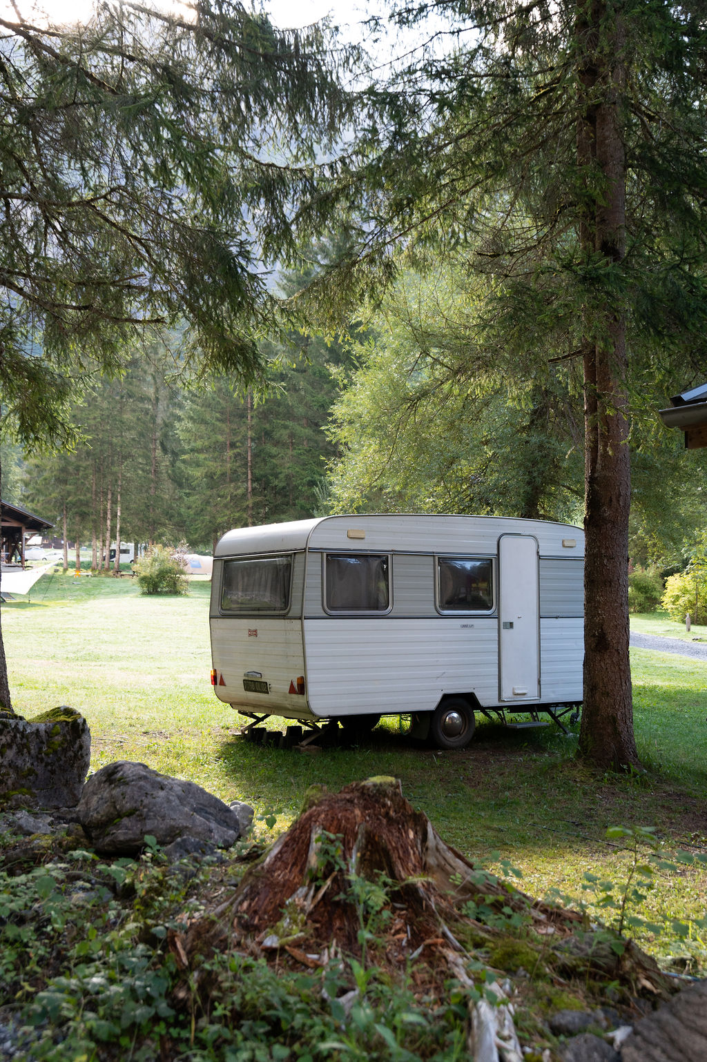 camping-le-pelly-emplacement-parking-10