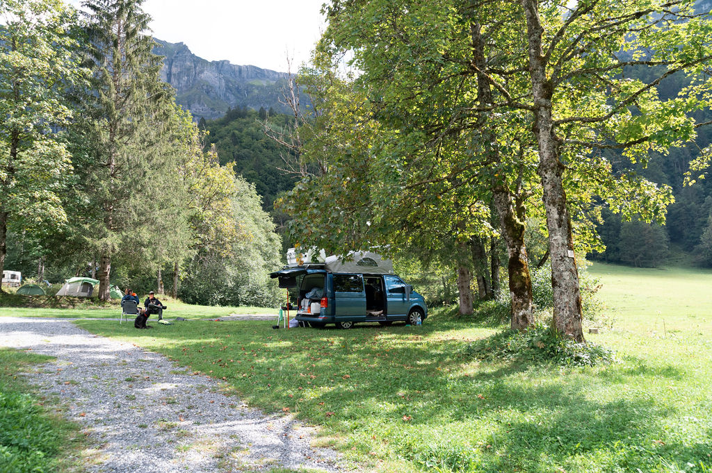 camping-le-pelly-emplacement-parking-4