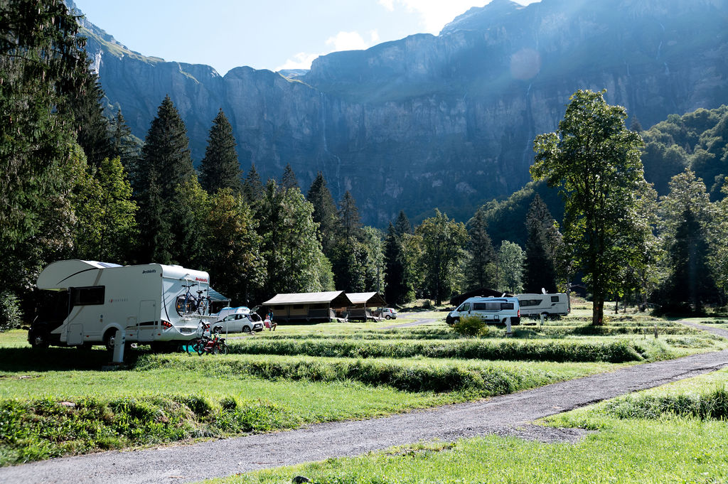 camping-le-pelly-emplacement-parking-8